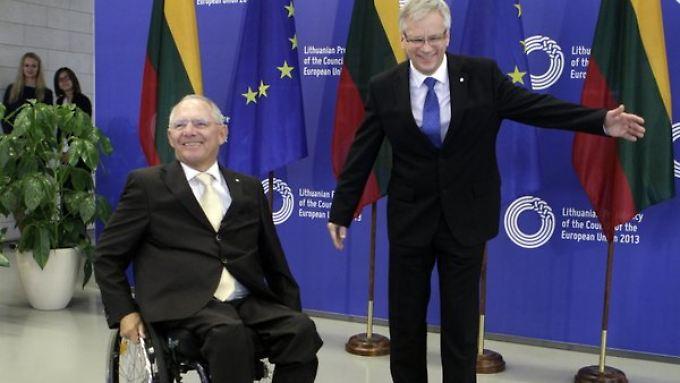 Finanzminister Wolfgang Schäuble und sein littauischer Amtskollege Rimantas Sadzius (r) in Vilnius.