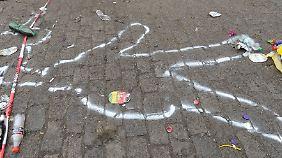 """""""Wer am weitesten in der Mitte steht, hat am schnellsten verloren"""": Kreideumrisse eines Opfers."""