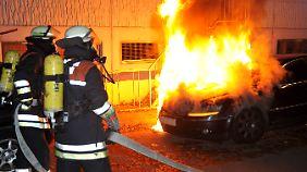 Entscheidend für die Haftung ist, ob das Auto auf öffentlichem oder privatem Grund in Brand gerät.