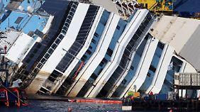 Das Schiff, so hoch wie elf Stockwerke, liegt wie ein umgekipptes Haus im Wasser.