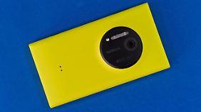 Möchte man das Lumia 1020 drahtlos laden, muss man ein 25 Euro teures Cover aufsetzen. Links sind die beiden Kontakt-Pins zu erkennen.