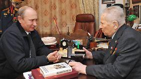 Auch den 93-jährigen legendären Waffenkonstrukteur Michail Kalaschnikow besuchte Putin.