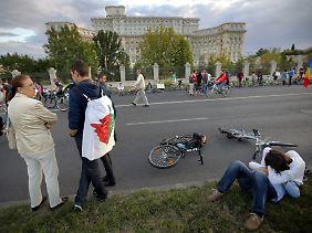 Menschen sammeln sich vor dem Parlament in Bukarest.