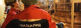 Arbeiter stehen am Vakuum-Kristallisator des Chemiewerks Beresniki-4 des russischen Kali-Giganten Uralkali in Beresniki.