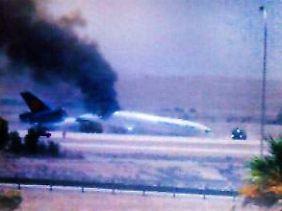Erste Aufnahme von der Unglücksstelle: El Arabija zeigt die gebrochene, qualmende Maschine kurz nach der Bruchlandung.