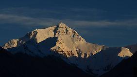 Der Blick auf solche Giganten wie den Mount Everest ist oft atemberaubend - doch viele Menschen überschätzen sich.