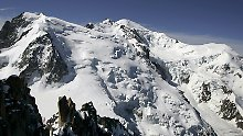 Bei einer Bergtour entdeckt ein junger Mann ein Kästchen mit Edelsteinen. Die Polizei geht davon aus, dass sie von einem Flugzeugabsturz aus dem Jahr 1966 stammen.