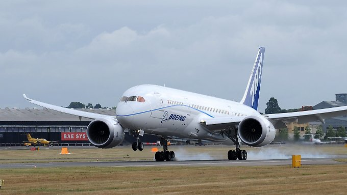 """Eine Boeing 787 """"Dreamliner"""" landet bei der Farnborough Airshow 2010: Ruhig ist es um den Flieger auch mehr als drei Jahre später nicht geworden."""