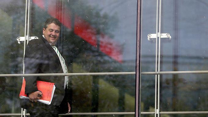 SPD-Chef Gabriel am Freitagabend im Willy-Brandt-Haus auf dem Weg zum Parteikonvent.
