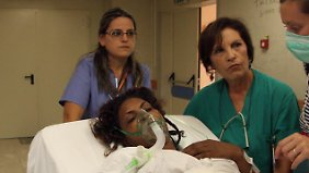 Eine überlebende Migrantin wird im Krankenhaus von Palermo versorgt.