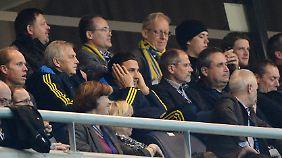 Schweden-Star Zlatan Ibrahimovic saß mit Fähnchen auf der Tribüne.