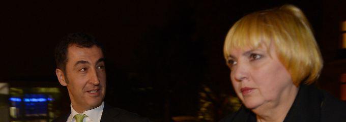 Die Grünen-Chefs Claudia Roth und Cem Özdemir nach dem Gespräch mit der Union.