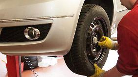 Montagepartner: Die meisten Online-Reifenhändler kooperieren mit Werkstätten, die die Lieferung entgegennehmen und die Pneus an den Wagen bringen.