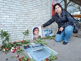 Gülistan Avci mit einem Bild ihres von rechtsradikalen Tätern ermordeten Mannes Ramazan Avci.