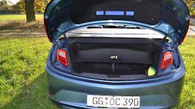 Mit etwas Geschick lassen sich auch bei geöffnetem Verdeck 250 Liter im Kofferraum versenken.