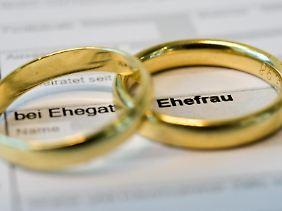 Die Steuerklasse zu wechseln, kann sich lohnen - nicht nur für frisch verheiratete Paare.