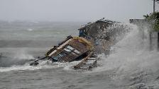 In der Provinz Albay reißt der Taifun dieses ganze Haus mit. Es versinkt in den Fluten.