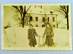 Elisabeth (l.) mit ihrer Schwester Inge im Jahr 1938