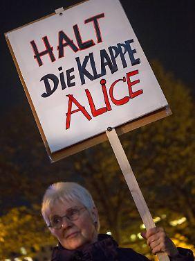 Wiltraud Schenk ist sichtlich anderer Meinung als Alice Schwarzer.