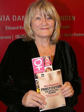 """Stolz präsentiert Schwarzer ihr neues Buch """"Prostitution - ein deutscher Skandal""""."""