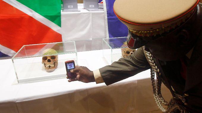 Bei der Übergabe von 20 Schädeln an eine Delegation aus Namibia im September 2011.