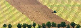 Obwohl immer mehr Ackerland benötigt wird, schwinden geeignete Flächen dahin.