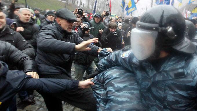 Polizeigewalt mit Knüppel: Pro-EU-Proteste in der Ukraine eskalieren