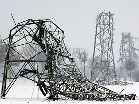 2005 im Münsterland: Unter der Last von Nassschnee war ein Mast gebrochen. Das führte zum Zusammenbruch vieler anderer Strommasten.