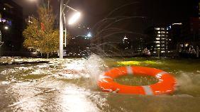 Orkan legt sich langsam: Küstenbewohner überstehen erste Sturmflut glimpflich