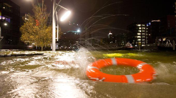 Behörden geben vorerst Entwarnung: Küstenbewohner überstehen erste Sturmflut glimpflich