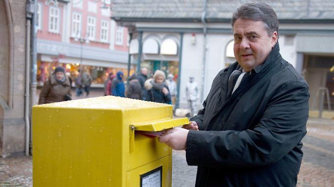 SPD-Chef Gabriel schickt seine Stimme ab.