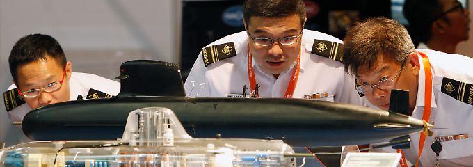 Hier inspizieren Offiziere der singapurischen Marine noch maßstabsgetreue Messemodelle des französischen HDW-Rivalen Direction des Constructions Navales Services: Am Ende fiel die Entscheidung anders aus.