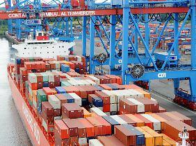 Ein Containerschiff wird in Hamburg auf dem Container Terminal Altenwerder (CTA) beladen.