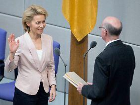 Dezember 2013: Ursula von der Leyen wird von Norbert Lammert als Verteidigungsministerin vereidigt.