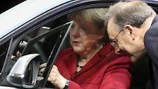 Platz 10: Die Abgas-Attacke der Kanzlerin. In ungewöhnlicher Offenheit setzte sich Angela Merkel im Sommer persönlich für die deutsche Auto-Industrie ein und verhinderte in Brüssel strengere Abgasnormen. Kurz nach der Brüsseler Blockade überschütteten die BMW-Großaktionäre die CDU mit Geld.