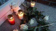 Vor dem Haus im Hamburger Stadtteil Billstedt werden Rosen, Kerzen und Kuscheltiere abgelegt.