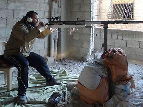 Ein Kämpfer der Freien Syrischen Armee hat sich mit einer selbstgebauten Waffe in einem Haus in Damaskus verschanzt.