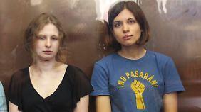 Maria Aljochina (links) und Nadeschda Tolokonnikowa können schon bald ihre Familien in die Arme schließen.