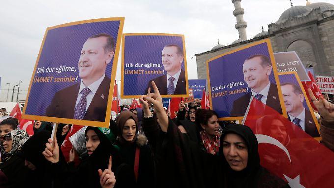 Unterstützer von Premier Erdogan demonstrieren in Istanbul.