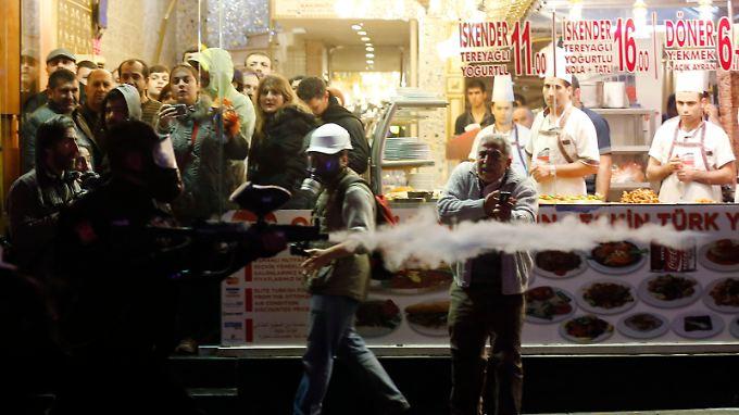 Korruptionsaffäre in der Türkei: Polizei geht gewaltsam gegen Demonstranten vor