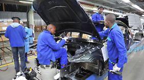 Arbeiter schrauben in Pretoria einen BMW zusammen.