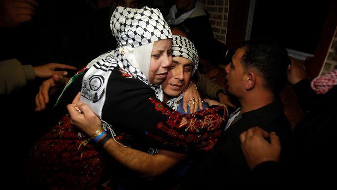 Der freigelassene Gefangene Rami Barbakh (rechts) wird von seiner Familie begrüßt.