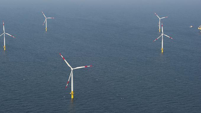"""Auf der Ostsee vor der Halbinsel Darß stehen Windräder und die Umspannstation des Offshore-Windparks """"Baltic 1"""". Strom zwischen Skandinavien und Zentraleuropa soll künftig auch über ein Offshore-Stromnetz in der Ostsee fließen können."""