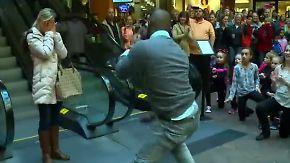 Flashmob in US-Einkaufszentrum: Mann tanzt Heiratsantrag