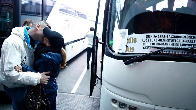 Am Busbahnhof in Sofia verabschieden sich zwei Verliebte voneinander.