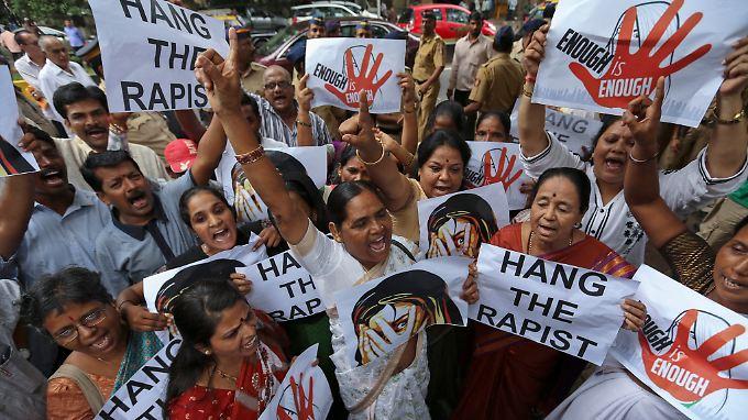 Frauen demonstrieren auf der Straße gegen Vergewaltigungen und das Wegschauen der Behörden.