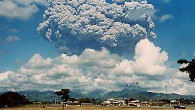 Eruptionswolke des Vulkans Pinatubo über der US-amerikanischen Clark Air Base auf den Philippinen. (Bild vom Juni 1991)