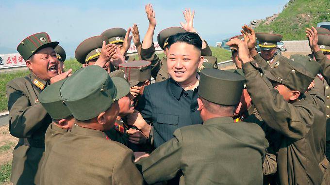 """Unter den Mützen bald viele """"Kim Jong Uns""""? Ein neues Frisurengesetz in Nordkorea könnte es möglich machen."""