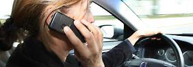 Telefonieren während der Fahrt ist nicht erlaubt. Wer sich darüber hinweg setzt und mehrfach erwischt wird, dem droht ein Fahrverbot.