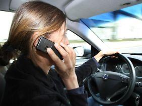 Telefonieren während der Fahrt ist nicht erlaubt. Wer sich darüber hinwegsetzt und mehrfach erwischt wird, dem droht ein Fahrverbot.